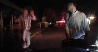 У Фастові чоловік серед ночі атакував авто патрульної поліції