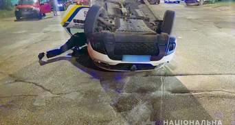 У Чернівцях внаслідок нічної ДТП авто поліції перевернулось посеред дороги: фото