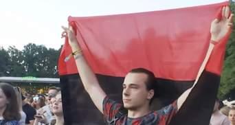 Охрана хотела вывести парня, пришедшего на концерт Меладзе в Киеве с красно-черным флагом