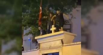 В Турции мужчины станцевали на воротах христианской церкви: им грозит тюрьма