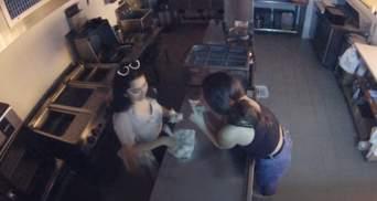 Выпили и проголодались: две американки ворвались в закрытый ресторан, чтобы сварить пельмени