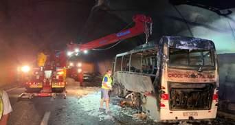 В Італії водій встиг висадити 25 дітей з автобуса, який спалахнув та згорів вщент