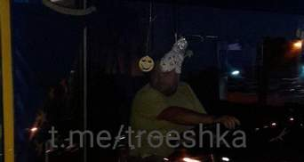 У Києві дівчинці в автобусі затисло руку дверми: водій ще й лаявся