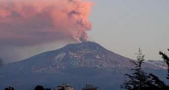На Сицилії прокинувся вулкан Етна, викинувши дим на 10 кілометрів: відео