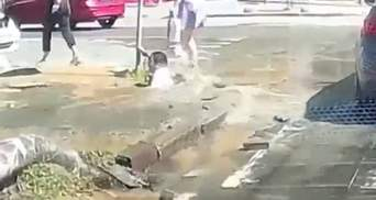 Дівчина провалилася під тротуар у Дніпрі: у мережі показали моторошні відео