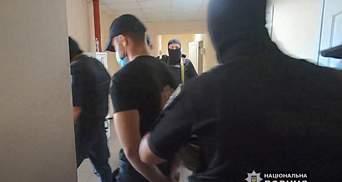 Група невідомих вдерлася до бізнес-центру в Одесі: блокували продаж землі – відео