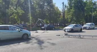 Повалив стовпи: військовий вертоліт США здійснив аварійну посадку серед дороги в Бухаресті