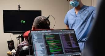 У США паралізованому чоловіку встановили нейроімплант, який перетворює думки у слова