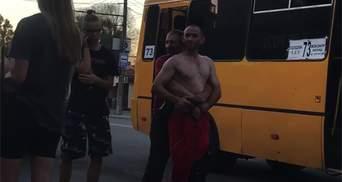 Втомився на роботі: пасажир накинувся на водія маршрутки в Дніпрі – відео