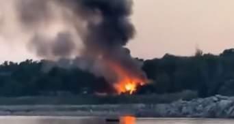 Під Одесою на березі моря загорілася база відпочинку: відео