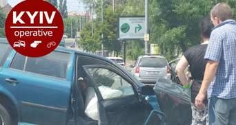 Водія довелося вирізати: у Києві сталася серйозна ДТП за участю вантажівки та іномарки