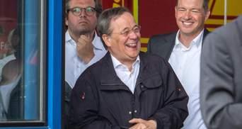 Кандидат в канцлеры Германии Лашет шутил во время речи Штайнмайера о жертвах наводнения