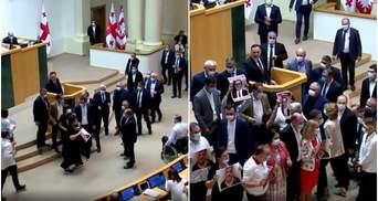 В Грузии оппозиция сорвала выступление главы МВД в парламенте: видео