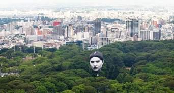 Гигантская человеческая голова в небе над Токио напугала японцев: жуткие фото и видео