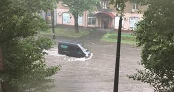 У Києві через сильний дощ наземний транспорт збився з розкладу
