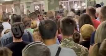 """Вчора затопило, а сьогодні велика черга: у Києві на станції """"Академмістечко"""" знову проблеми"""