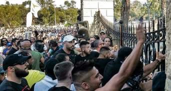 Сожженные машины и уничтоженные дома: на Кипре новые COVID-ограничения вызвали волну погромов