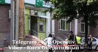 """В Киеве женщина ограбила """"Укрсиббанк"""": бросила """"коктейль Молотова"""" и была вооружена"""
