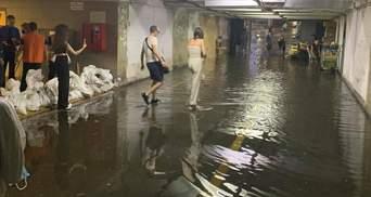 Київ знову накрила злива: затопило перехід на Позняках – відео