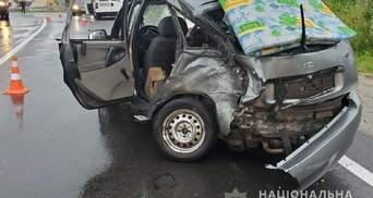 Вылетел на встречку: в лобовом ДТП на трассе Киев –Чоп пострадали 3 человека, среди которых дети
