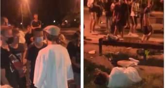 У Вінниці натовп підлітків жорстоко побив хлопця через зачіску: відео