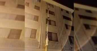 Побег из карантина: мужчина сбежал через окно 4-го этажа отеля, связав вместе простыни