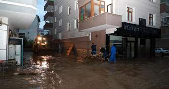 Машини пливуть вулицями: чорноморське узбережжя Туреччини охопила потужна повінь