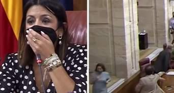 Крыса неожиданно сорвала заседание парламента в Испании: видео