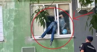 В Херсоне мужчина застрял в окне, пробираясь к бывшей