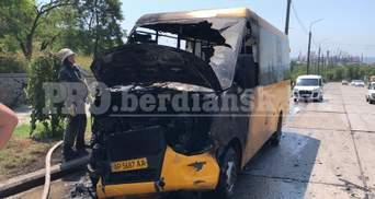 У Бердянську під час руху загорілася маршрутка з пасажирами: фото
