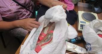 """""""Золушка"""" с сюрпризом в туфельке: женщина хотела пересечь границу с наркотиками в босоножках"""