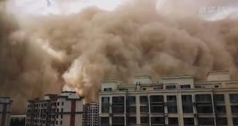 Піщана буря накрила китайську провінцію Ганьсу: моторошне відео