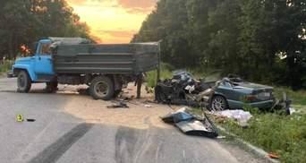 Обганяв вантажівку: на Вінниччині у ДТП загинули батько та син