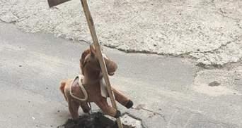 У Києві іграшковий коник попереджує водіїв про яму: дехто назвав це мистецтвом