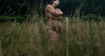 Вагітна Ешлі Грем повністю оголилася посеред поля: фото 18+