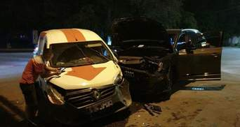 """Не працював світлофор: у Маріуполі авто """"Нової пошти"""" потрапило в ДТП – фото"""
