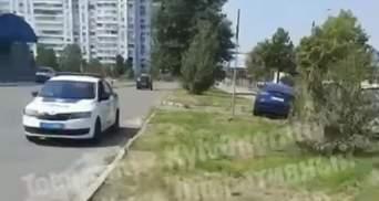Учился водить: в Киеве 9-летний мальчик на Tesla учинил серьезное ДТП-видео