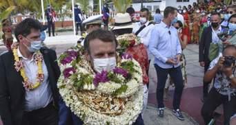 """""""Квіткова людина"""": Макрона завалили вінками у Французькій Полінезії – курйозне відео"""