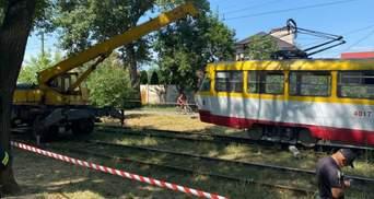 В Одессе под трамвай затянуло человека: косили траву на рельсах – видео 18+