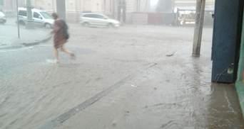 Раптова злива підтопила Чернівці: дороги перетворилися на ріки – фото, відео