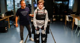 Імітує рухи тіла та робить кроки: батько створив екзоскелет для сина, який не може ходити