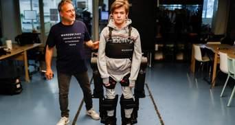 Имитирует движения тела и делает шаги: отец создал экзоскелет для сына, который не может ходить