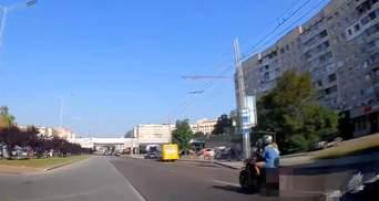 Влаштував перегони: у Львові патрульні пішки наздогнали мотоцикліста – відео