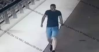 """У Києві перехожий розбив скло на """"мосту Кличка"""", його шукають поліцейські: відео"""