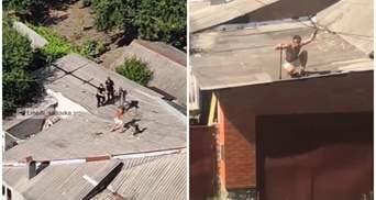 Бігав з палицею напівголий: у Харкові чоловік влаштував бійку на даху з поліцією – відео