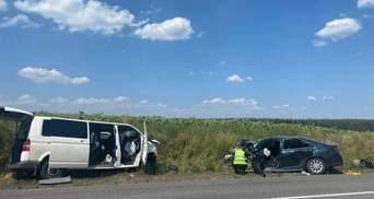 Зіткнулись авто та мікроавтобус: через аварію на Луганщині постраждали 9 людей