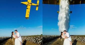 Во время свадебной фотосессии на влюбленных с самолета вылили 900 литров воды: видео