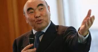 Экс-президента Кыргызстана, разыскиваемого за коррупцию, привели на допрос к следователям: видео