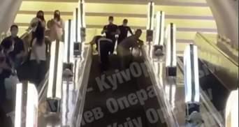 Просто на ескалаторі: у київському метро пасажири влаштували відчайдушну бійку – відео 18+