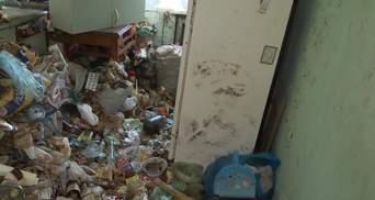 Мусор до потолка и повсюду насекомые: во Львове медик превратил квартиру в питомник тараканов